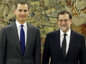 Spanish King Felipe (L) and acting Prime Minister Mariano Rajoy pose before their meeting at Zarzuela Palace in Madrid, Spain, January 22, 2016. REUTERS/Andres Ballesteros/Pool